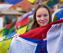 Familiereis Nepal gebedsvlaggetjes en meisje